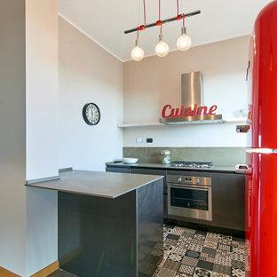 Foto di una piccola cucina parallela design con ante lisce, ante grigie, paraspruzzi grigio, paraspruzzi con lastra di vetro, penisola, pavimento multicolore e top grigio