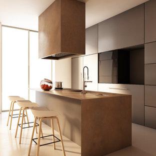 Esempio di una cucina parallela contemporanea con lavello sottopiano, ante lisce, ante grigie, elettrodomestici in acciaio inossidabile, isola, pavimento beige e top marrone