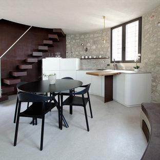 Imagen de cocina lineal, mediterránea, pequeña, abierta, con fregadero de un seno, armarios con paneles lisos, puertas de armario blancas, suelo gris, encimeras grises y suelo de azulejos de cemento
