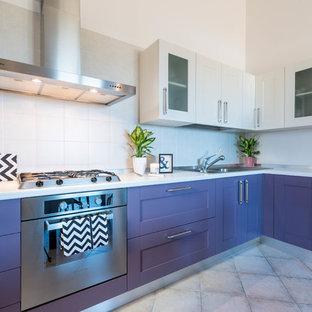 Foto på ett funkis kök, med lila skåp