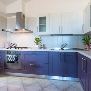 Idéer för ett modernt kök, med lila skåp