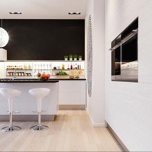 Esempio di una grande cucina contemporanea con lavello integrato, ante a persiana, ante in legno chiaro, top in quarzo composito, paraspruzzi con lastra di vetro, elettrodomestici in acciaio inossidabile, parquet chiaro e isola