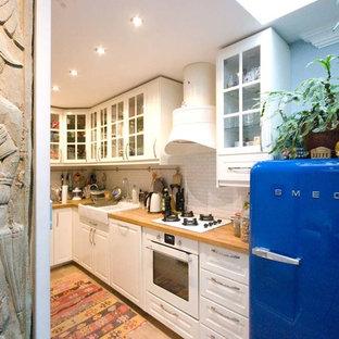 ミラノの小さいエクレクティックスタイルのおしゃれなキッチン (ダブルシンク、レイズドパネル扉のキャビネット、白いキャビネット、木材カウンター、白いキッチンパネル、ボーダータイルのキッチンパネル、カラー調理設備、淡色無垢フローリング、アイランドなし) の写真