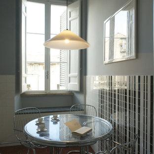 ローマの中サイズのミッドセンチュリースタイルのおしゃれなキッチン (ドロップインシンク、フラットパネル扉のキャビネット、白いキャビネット、ラミネートカウンター、白いキッチンパネル、セラミックタイルのキッチンパネル、シルバーの調理設備の、セメントタイルの床、アイランドなし、赤い床) の写真