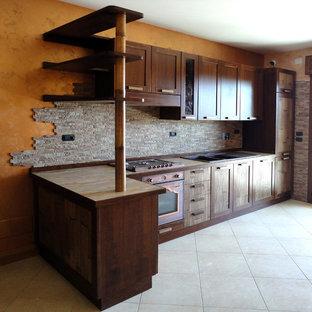 ローマのアジアンスタイルのおしゃれなキッチン (ドロップインシンク、レイズドパネル扉のキャビネット、濃色木目調キャビネット、タイルカウンター、茶色いキッチンパネル、セラミックタイルのキッチンパネル、セラミックタイルの床) の写真