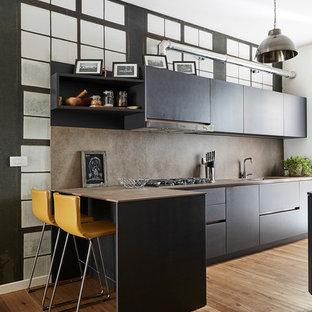 Esempio di una cucina contemporanea di medie dimensioni con lavello a doppia vasca, ante lisce, ante nere, paraspruzzi marrone, elettrodomestici da incasso, pavimento in legno massello medio, penisola e pavimento marrone