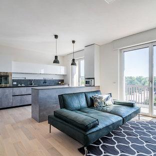 Esempio di una cucina design di medie dimensioni con lavello da incasso, ante lisce, ante grigie, top in laminato, paraspruzzi grigio, elettrodomestici in acciaio inossidabile, parquet chiaro e top grigio