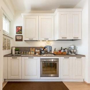 他の地域のシャビーシック調のおしゃれなI型キッチン (落し込みパネル扉のキャビネット、白いキャビネット、白いキッチンパネル、シルバーの調理設備の、グレーのキッチンカウンター) の写真