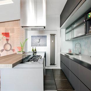 Esempio di una cucina parallela design di medie dimensioni con ante con riquadro incassato, ante grigie, top in acciaio inossidabile, paraspruzzi blu, paraspruzzi con piastrelle in ceramica, elettrodomestici da incasso, parquet scuro, lavello da incasso, penisola e pavimento nero