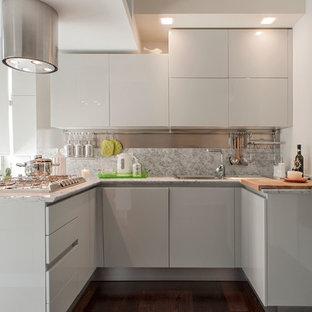 Idee per una cucina contemporanea di medie dimensioni con parquet scuro, lavello da incasso, ante lisce, ante grigie, top in marmo, paraspruzzi in lastra di pietra e penisola