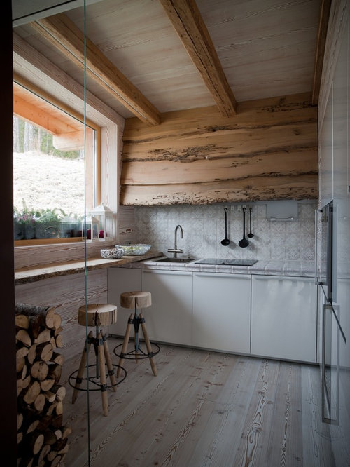 immagine di una piccola cucina rustica lineare chiusa con lavello a vasca singola ante lisce
