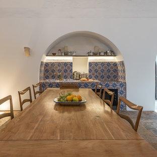 他の地域の広い地中海スタイルのおしゃれなダイニングキッチン (タイルカウンター) の写真