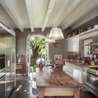 Esempio di un cucina con isola centrale industriale con ante lisce, ante bianche, top in legno, paraspruzzi a effetto metallico, parquet scuro, pavimento marrone e top marrone