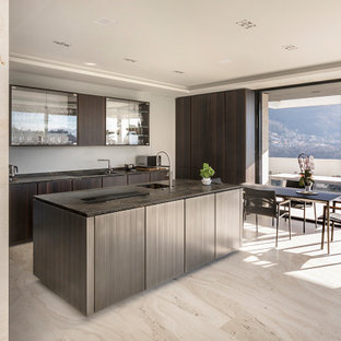 Foto di una cucina minimal con lavello integrato, top in marmo, pavimento in marmo, isola, pavimento beige, top marrone, ante lisce, ante in legno bruno e soffitto ribassato