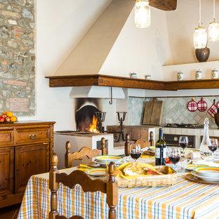 Ispirazione per una cucina mediterranea con lavello integrato, paraspruzzi blu e nessuna isola