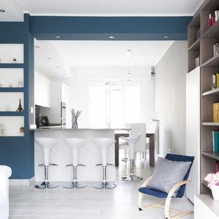 Ispirazione per una cucina contemporanea con ante lisce, ante bianche, penisola, pavimento bianco e parquet chiaro