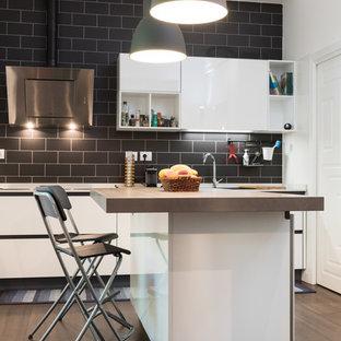 Idee per una grande cucina abitabile minimal con lavello da incasso, ante lisce, ante bianche, parquet scuro, isola, paraspruzzi nero e paraspruzzi con piastrelle diamantate