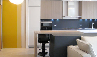 vista verso l'ingresso e la parete attrezzata della cucina