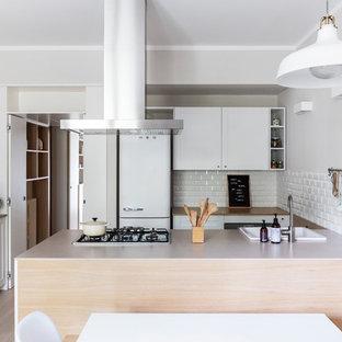 Idee per una cucina nordica di medie dimensioni con lavello da incasso, ante con riquadro incassato, ante bianche, top in legno, paraspruzzi bianco, paraspruzzi con piastrelle diamantate, elettrodomestici in acciaio inossidabile, parquet chiaro, isola e top beige