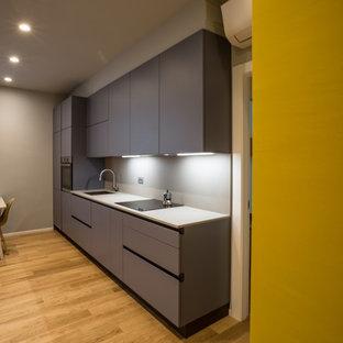 Ispirazione per una piccola cucina design con ante lisce, ante turchesi e top in superficie solida