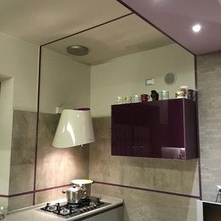 Exempel på ett litet modernt grå grått kök, med en integrerad diskho, släta luckor, lila skåp, bänkskiva i kvarts, grått stänkskydd, stänkskydd i porslinskakel, rostfria vitvaror, klinkergolv i porslin, en halv köksö och grått golv