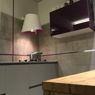 Idéer för ett litet modernt grå kök, med en integrerad diskho, släta luckor, lila skåp, bänkskiva i kvarts, grått stänkskydd, stänkskydd i porslinskakel, rostfria vitvaror, klinkergolv i porslin, en halv köksö och grått golv