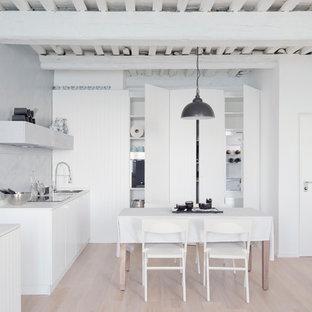 Idee per una piccola cucina minimalista con lavello da incasso, ante bianche, top in quarzo composito, paraspruzzi grigio, elettrodomestici bianchi, parquet chiaro, nessuna isola, ante a persiana, pavimento beige e top bianco