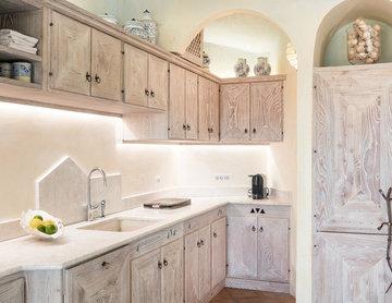 Zona cucina con maniglia artigianale in ferro battutto