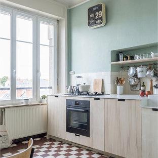 Idéer för ett litet nordiskt vit linjärt kök med öppen planlösning, med en rustik diskho, luckor med profilerade fronter, svarta vitvaror, klinkergolv i keramik, skåp i mellenmörkt trä, bänkskiva i koppar, vitt stänkskydd och stänkskydd i keramik