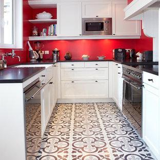 Aménagement d'une cuisine classique en U fermée et de taille moyenne avec des portes de placard blanches, un sol en carrelage de céramique et aucun îlot.
