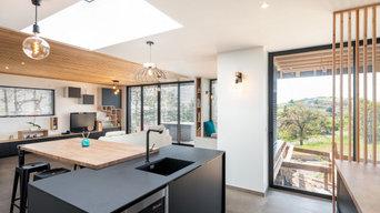 Ambiiance noir et bois dans une maison en ossature bois.