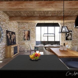 Cette image montre une grand cuisine américaine urbaine en U avec un évier 1 bac, un placard à porte affleurante, des portes de placard en bois clair, un plan de travail en granite, une crédence noire, une crédence en granite, un électroménager noir, béton au sol, un îlot central, un sol gris et un plan de travail noir.