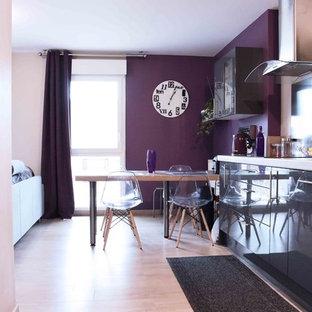 Inredning av ett modernt mellanstort linjärt kök och matrum, med släta luckor, grå skåp, laminatbänkskiva, laminatgolv och beiget golv
