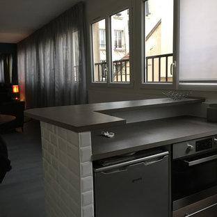 パリの小さいエクレクティックスタイルのおしゃれなキッチン (アンダーカウンターシンク、濃色木目調キャビネット、木材カウンター、白いキッチンパネル、セラミックタイルのキッチンパネル、パネルと同色の調理設備、セラミックタイルの床、白い床、グレーのキッチンカウンター) の写真