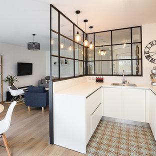 Idee per una cucina ad U scandinava di medie dimensioni con elettrodomestici da incasso
