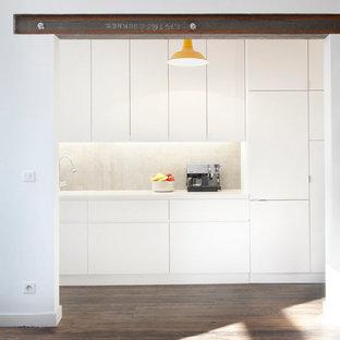Foto de cocina lineal, contemporánea, de tamaño medio, cerrada, sin isla, con puertas de armario blancas