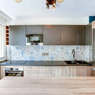 Inspiration for a small industrial u-shaped eat-in kitchen in Paris with a double-bowl sink, light wood cabinets, laminate benchtops, multi-coloured splashback, cement tile splashback, cement tiles, with island and multi-coloured floor.
