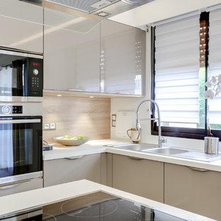 Foto di una cucina design di medie dimensioni con isola, lavello a doppia vasca, ante lisce, ante marroni, top in laminato, paraspruzzi in legno, elettrodomestici da incasso, pavimento con piastrelle in ceramica e pavimento nero