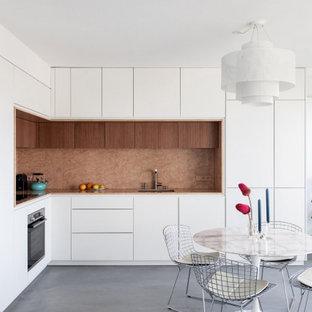 パリの中くらいのコンテンポラリースタイルのおしゃれなキッチン (一体型シンク、インセット扉のキャビネット、白いキャビネット、大理石カウンター、ピンクのキッチンパネル、大理石のキッチンパネル、パネルと同色の調理設備、コンクリートの床、グレーの床、ピンクのキッチンカウンター、アイランドなし) の写真