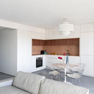 パリのコンテンポラリースタイルのおしゃれなキッチン (一体型シンク、インセット扉のキャビネット、白いキャビネット、大理石カウンター、ピンクのキッチンパネル、大理石のキッチンパネル、パネルと同色の調理設備、コンクリートの床、グレーの床、ピンクのキッチンカウンター) の写真