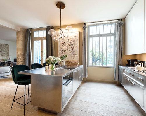 exemple dune grande cuisine ouverte parallle chic avec un placard porte plane - Cuisine Classique