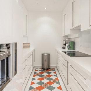 Aménagement d'une cuisine parallèle classique fermée et de taille moyenne avec des portes de placard blanches et aucun îlot.