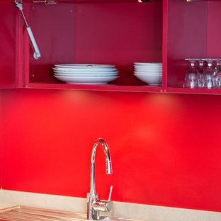 Kleine Moderne Wohnküche in L-Form mit Waschbecken, Kassettenfronten, Granit-Arbeitsplatte und Küchenrückwand in Rot in Paris
