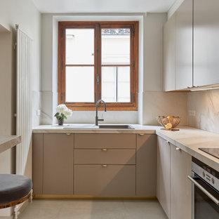 Idées déco pour une cuisine contemporaine en U fermée avec un placard à porte plane, un évier posé, des portes de placard beiges, une crédence blanche, une crédence en dalle de pierre, un électroménager en acier inoxydable, un sol beige et un plan de travail blanc.