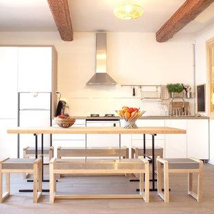 Inspiration pour une cuisine américaine linéaire nordique de taille moyenne avec un placard à porte plane, des portes de placard blanches et aucun îlot.
