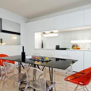 Idées déco pour une cuisine américaine linéaire scandinave de taille moyenne avec un placard à porte plane, des portes de placard blanches, une crédence blanche et une crédence en feuille de verre.