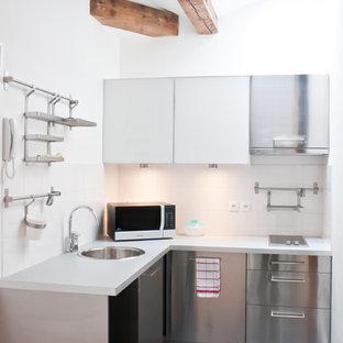 Idées déco pour une petite cuisine contemporaine en L fermée avec un évier 1 bac, un placard à porte plane, une façade en inox, une crédence blanche, un électroménager en acier inoxydable et aucun îlot.