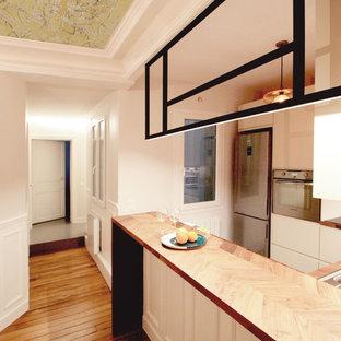Mittelgroße Moderne Wohnküche in U-Form mit Unterbauwaschbecken, beigen Schränken, Arbeitsplatte aus Holz, Küchenrückwand in Braun, Rückwand aus Holz, Küchengeräten aus Edelstahl, Zementfliesen, Kücheninsel und türkisem Boden in Paris