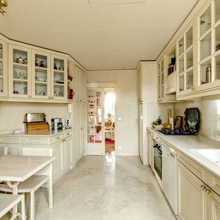 Exemple d'une grande cuisine parallèle chic fermée avec un évier 2 bacs, un placard avec porte à panneau encastré, des portes de placard blanches et aucun îlot.