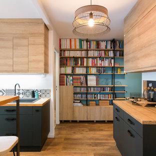 Idées déco pour une cuisine ouverte contemporaine de taille moyenne avec un évier posé, un placard à porte plane, un plan de travail en bois, une crédence en carreau de céramique, un sol en bois brun, un îlot central, des portes de placard en bois clair et une crédence multicolore.